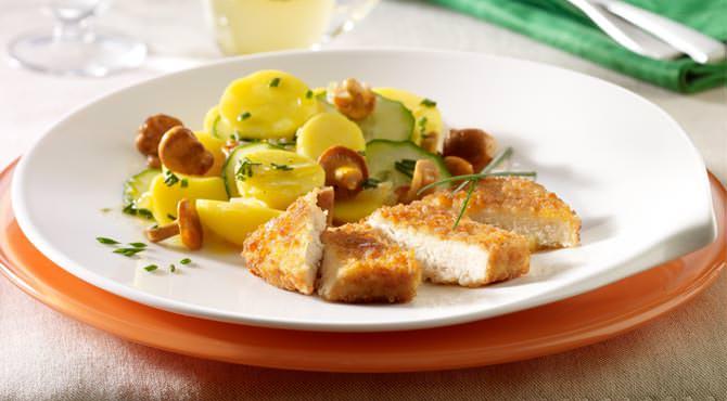 Valess Valess Schnitzel mit Kartoffel-Gurken-Salat und Pfifferlingen