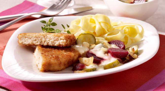 Valess Valess Schnitzel mit rote Bete, Gewürzgurke und Thymian-Senfsahne-Soße